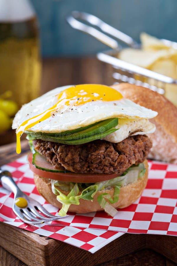 Hamburguer do vegetariano com ovo e abacate fotografia de stock
