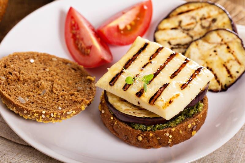 Hamburguer do vegetariano com queijo, beringela e pesto imagem de stock royalty free