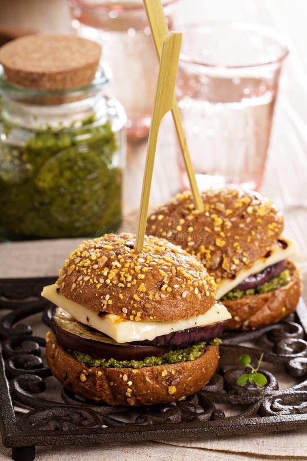 Hamburguer do vegetariano com queijo, beringela e pesto fotografia de stock