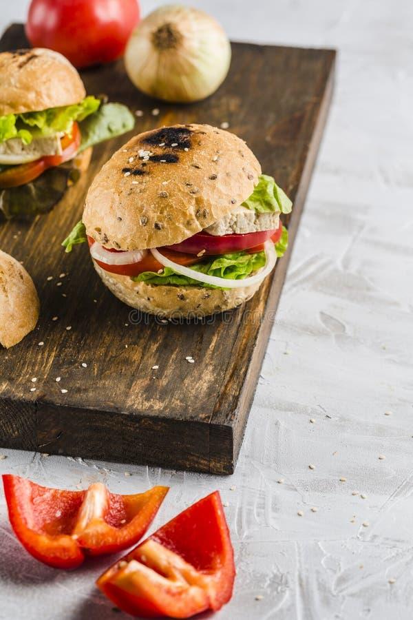 Hamburguer do vegetariano com queijo e cogumelos do tofu imagem de stock royalty free