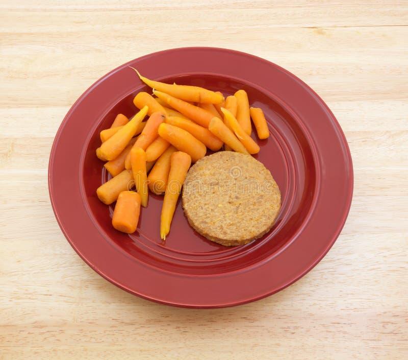 Hamburguer do vegetariano com refeição da dieta da cenoura fotos de stock royalty free