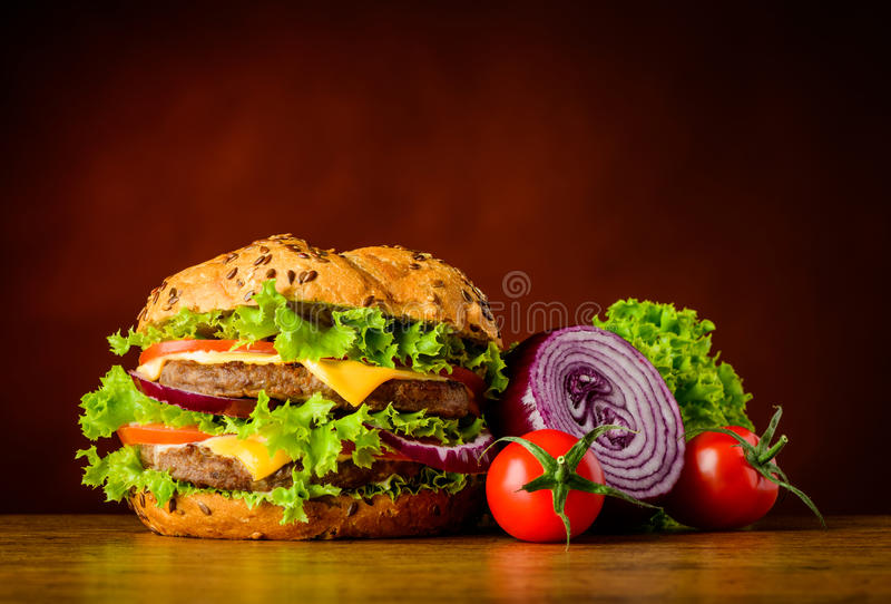 Hamburguer e vegetais fotos de stock