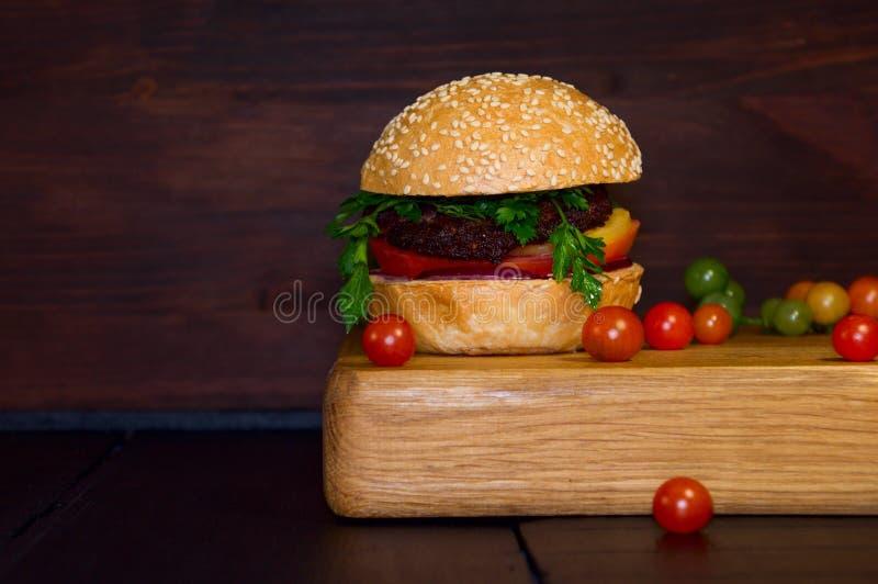 Hamburguer grande, bolo de Hamburger com carne e vegetais, americano san fotografia de stock royalty free