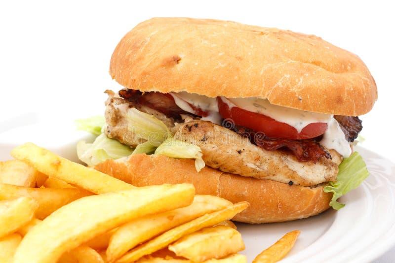 Hamburguer grelhado da galinha com microplaquetas imagem de stock royalty free