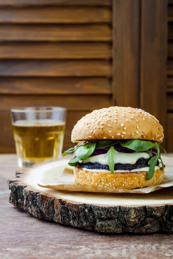 Hamburguer grelhado do cogumelo do portobello Hamburger saudável dos vegetarianos com cebolas, rúcula, queijo, pimentos conservad imagens de stock