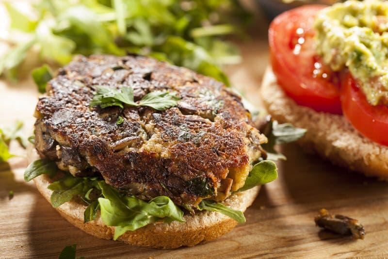 Hamburguer orgânico caseiro do cogumelo do vegetariano imagem de stock royalty free