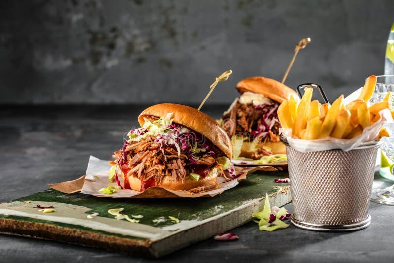 Hamburguer puxado caseiro da carne de porco com fim do molho do BBQ acima foto de stock