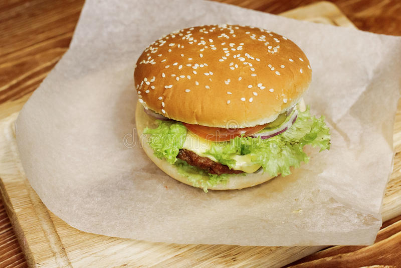 Hamburguer saboroso cheeseburger ou Hamburger do serviço com tomat da salada imagens de stock