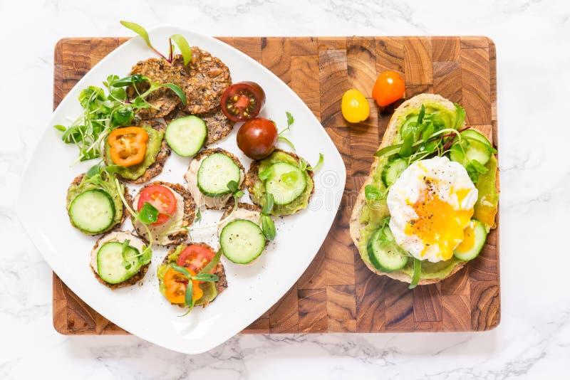 Hamburguer saudável cru com molho do abacate, pepinos, ovo escalfado imagem de stock royalty free