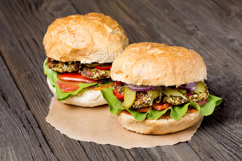 Hamburgueres caseiros da acelga do vegetariano imagens de stock