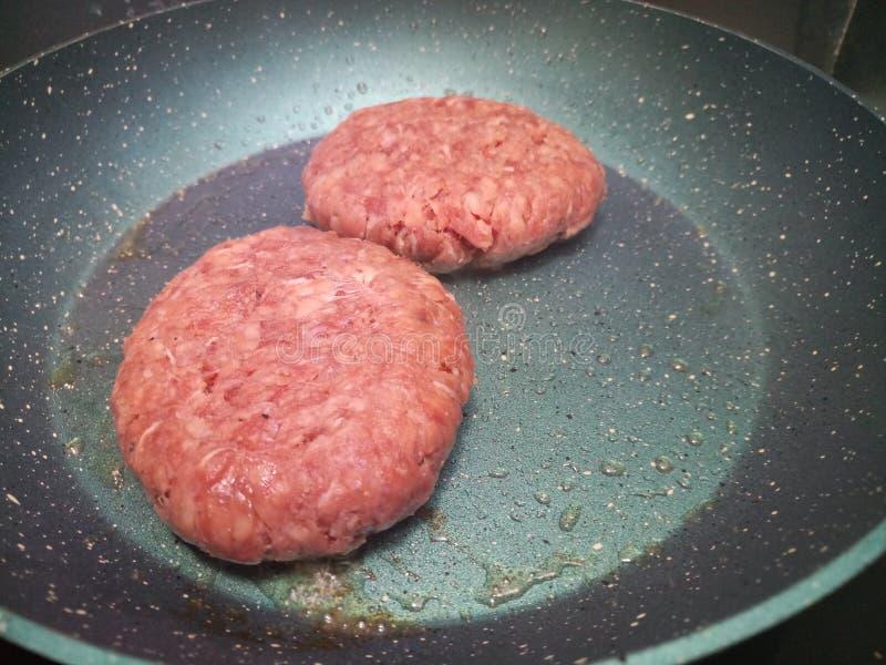 Hamburgueres crus da carne fotos de stock