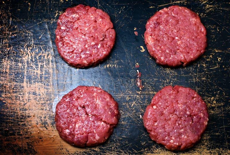 Hamburgueres crus da carne orgânica foto de stock