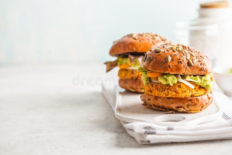 Hamburgueres da batata doce ou da abóbora do vegetariano no fundo branco veg fotos de stock