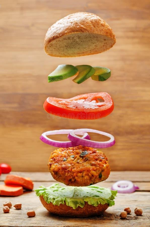 Hamburgueres do grão-de-bico da batata doce do vegetariano do voo fotografia de stock