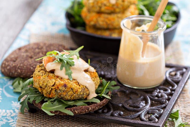 Hamburgueres do vegetariano com batata doce e grãos-de-bico imagem de stock