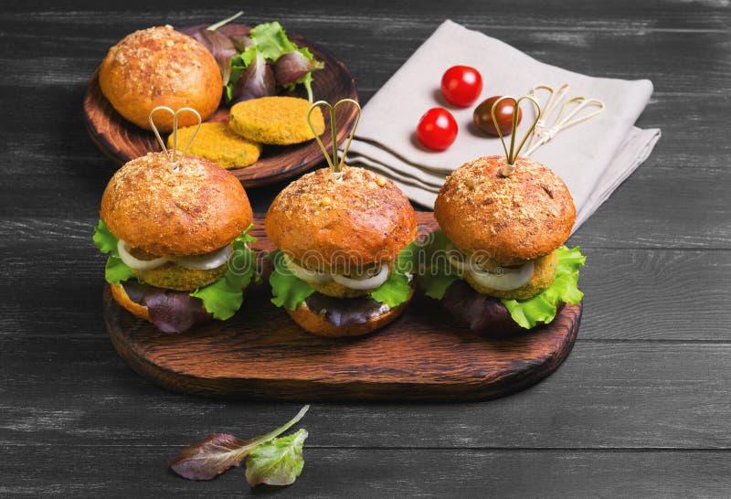 Hamburgueres do vegetariano com vegetais foto de stock royalty free
