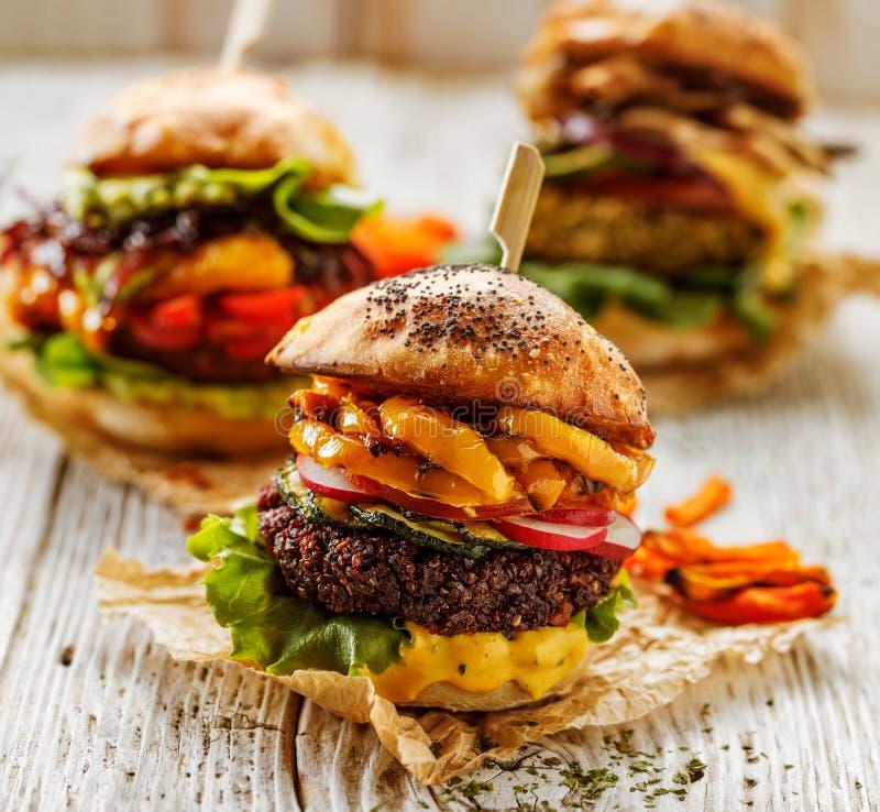 Hamburgueres do vegetariano, hamburguer caseiro do vegetariano com os vegetais frescos e grelhados e molho de caril aromático em  imagens de stock