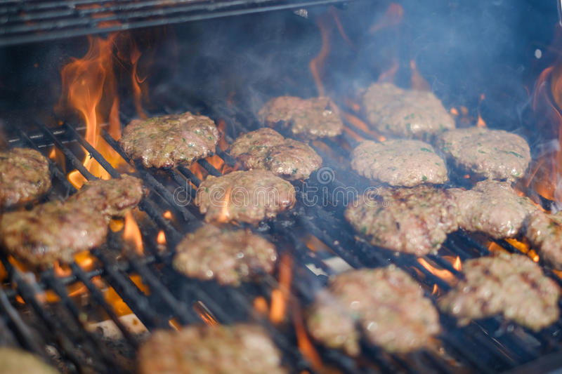 Hamburgueres na grade, grade flamejante do assado com Hamburger fotos de stock
