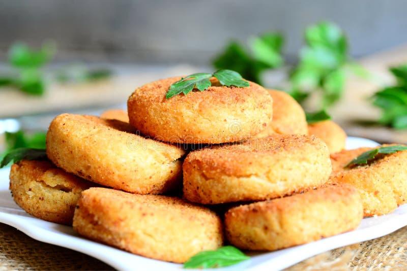 Hamburgueres pequenos do grão-de-bico em uma placa Hamburgueres fritados do vegetariano feitos com puré dos grãos-de-bico Ideia d imagens de stock