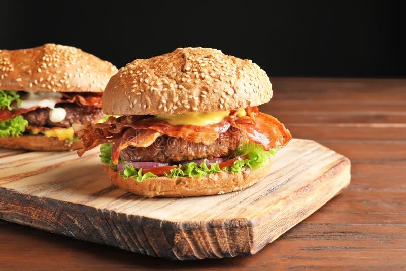 Hamburgueres saborosos com bacon foto de stock royalty free