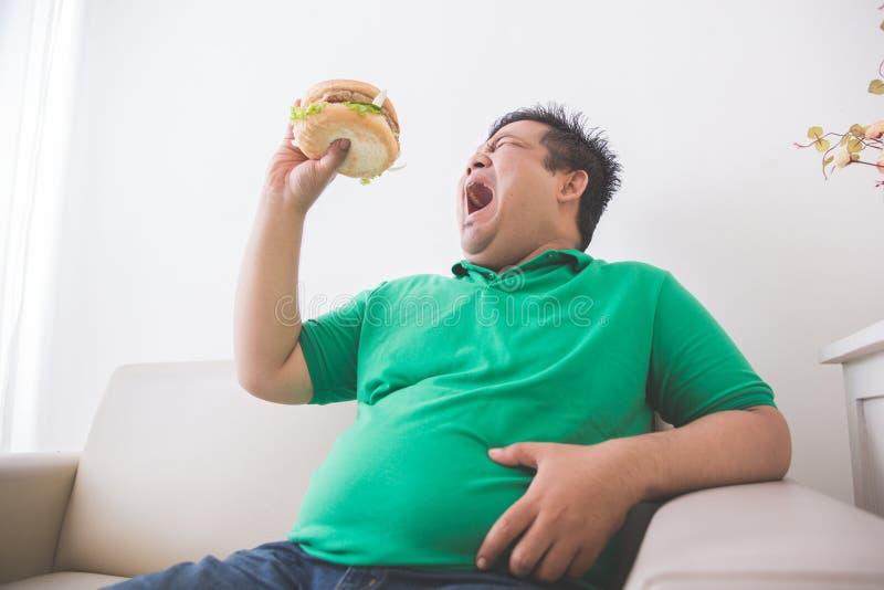 Hamburguesa antropófaga gorda en casa fotos de archivo