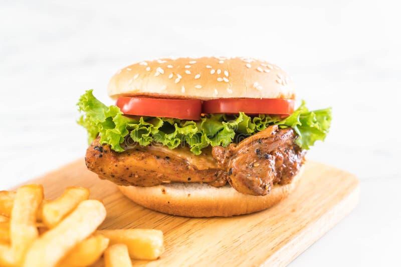 hamburguesa asada a la parrilla del pollo con las patatas fritas fotografía de archivo