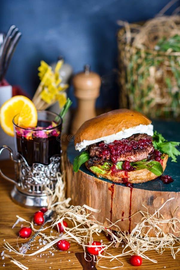 Hamburguesa con carne de vaca, atasco del ar?ndano y queso cremoso Cierre para arriba fotos de archivo