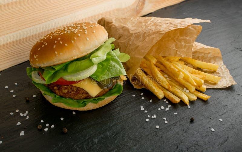 Hamburguesa con rosbif, queso y ensalada verde fresca de la lechuga imagen de archivo libre de regalías