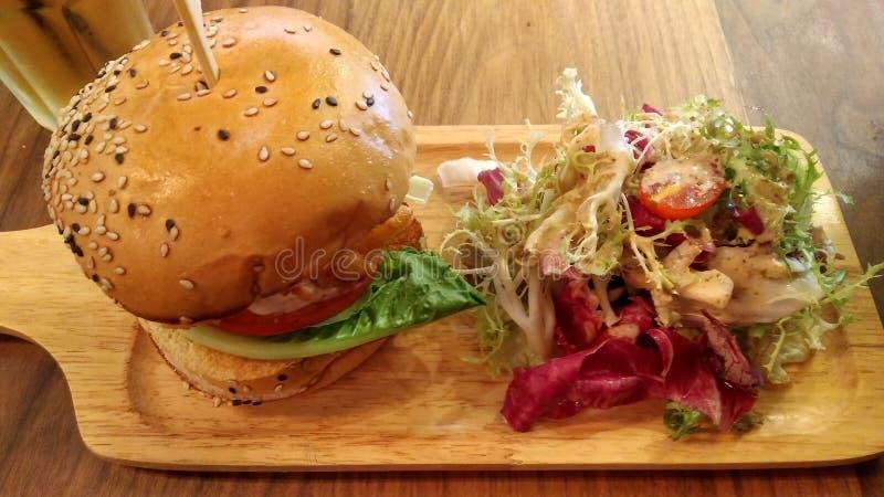 Hamburguesa de la carne de vaca con queso y ensalada fotos de archivo libres de regalías