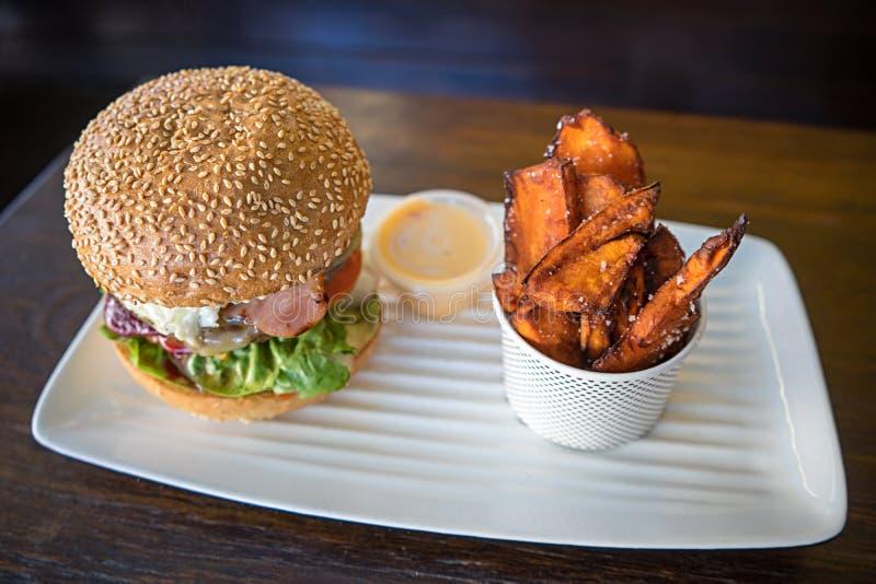 Hamburguesa de la carne de vaca y comida dulce de las patatas fritas imagen de archivo libre de regalías