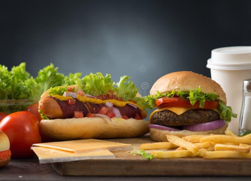 Hamburguesa de los alimentos de preparación rápida, menú del perrito caliente con la hamburguesa imágenes de archivo libres de regalías
