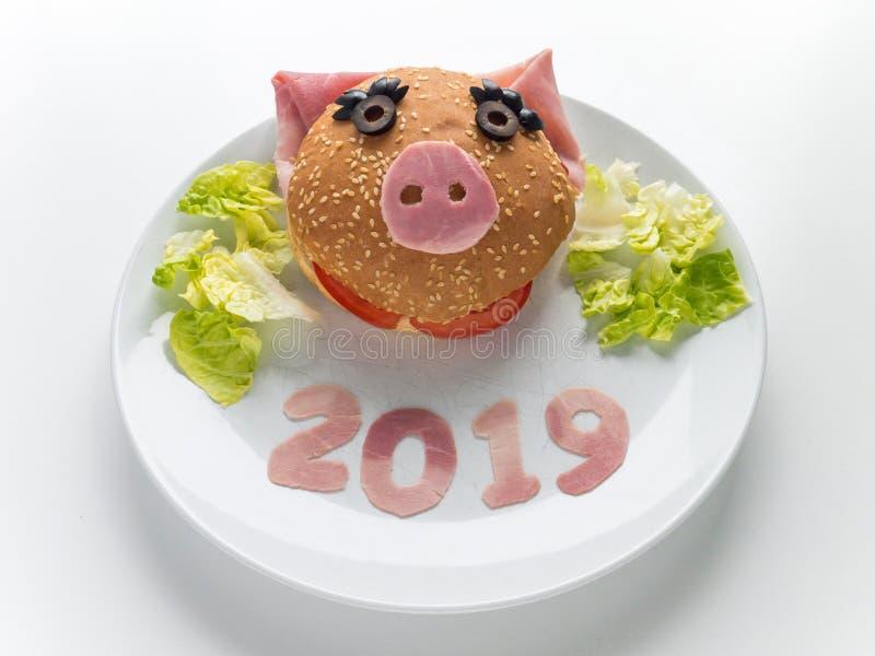 Hamburguesa del jamón del Año Nuevo de los niños, ensalada de la lechuga y 2019 dígitos en la placa fotos de archivo