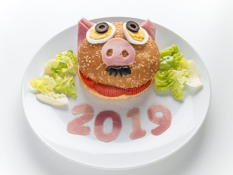 Hamburguesa del jamón del Año Nuevo de los niños, ensalada de la lechuga y 2019 dígitos en la placa foto de archivo libre de regalías