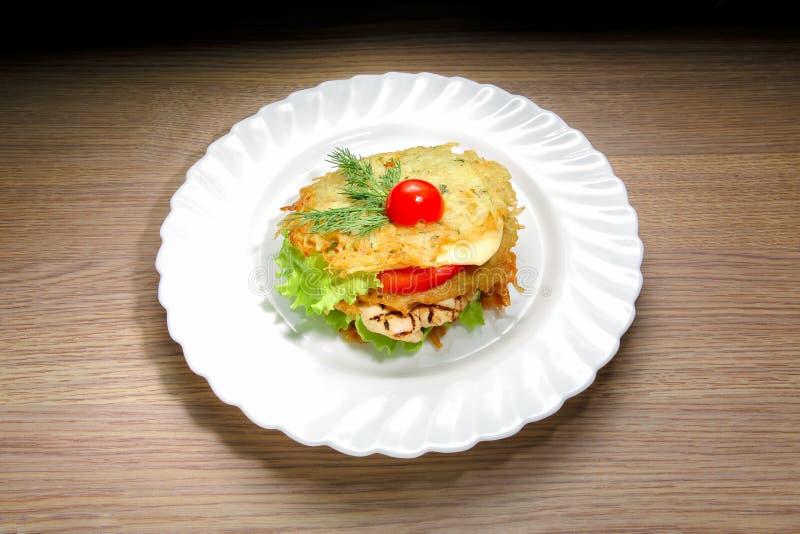 Hamburguesa del pollo de la crepe de patata fotografía de archivo