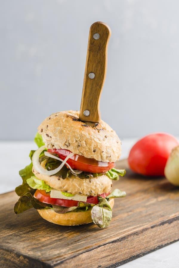 Hamburguesa del vegano con queso y setas del queso de soja foto de archivo libre de regalías