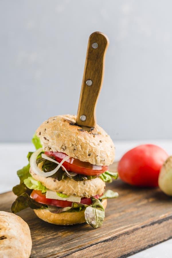 Hamburguesa del vegano con queso y setas del queso de soja fotos de archivo libres de regalías