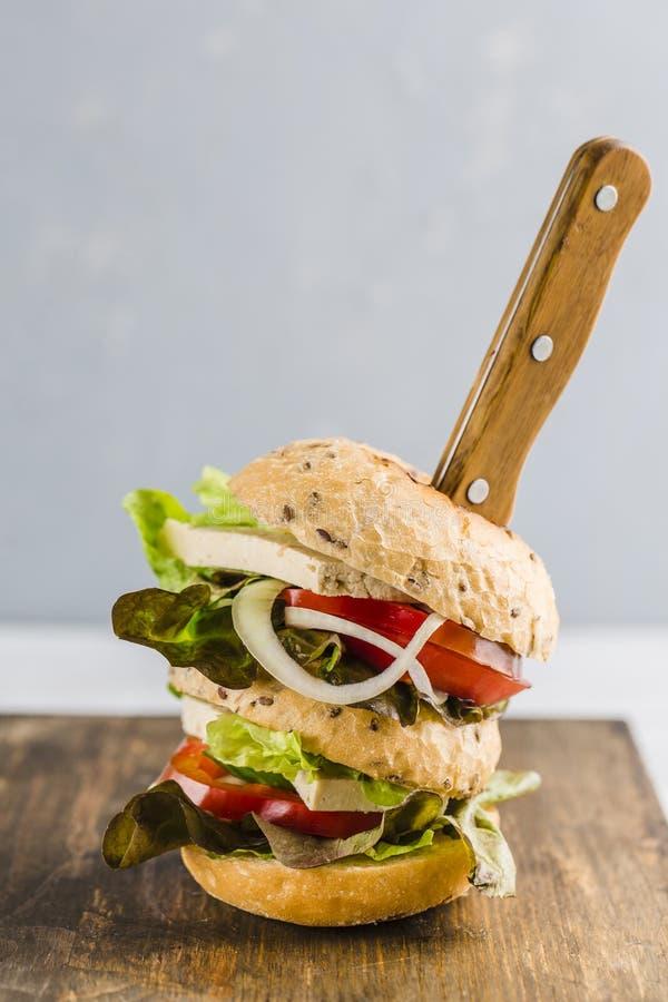 Hamburguesa del vegano con queso y setas del queso de soja foto de archivo