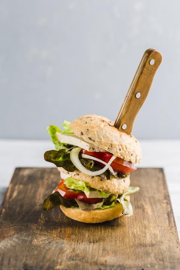 Hamburguesa del vegano con queso y setas del queso de soja fotos de archivo