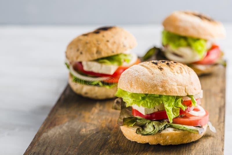 Hamburguesa del vegano con queso y setas del queso de soja imagenes de archivo