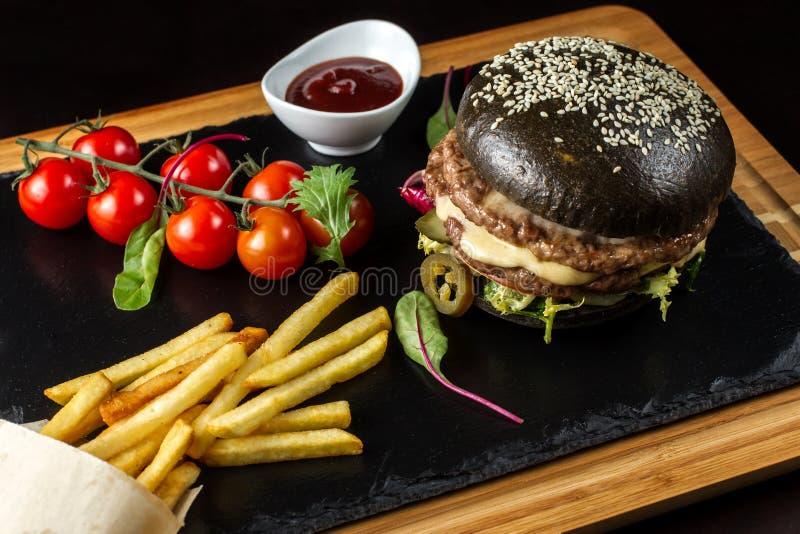 Hamburguesa doble negra hecha de la carne de vaca con pimienta, queso y vegetables-3 del jalapeno fotografía de archivo libre de regalías