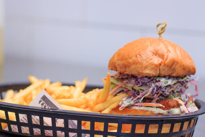 Hamburguesa frita del haloumi con el slaw, yogur foto de archivo