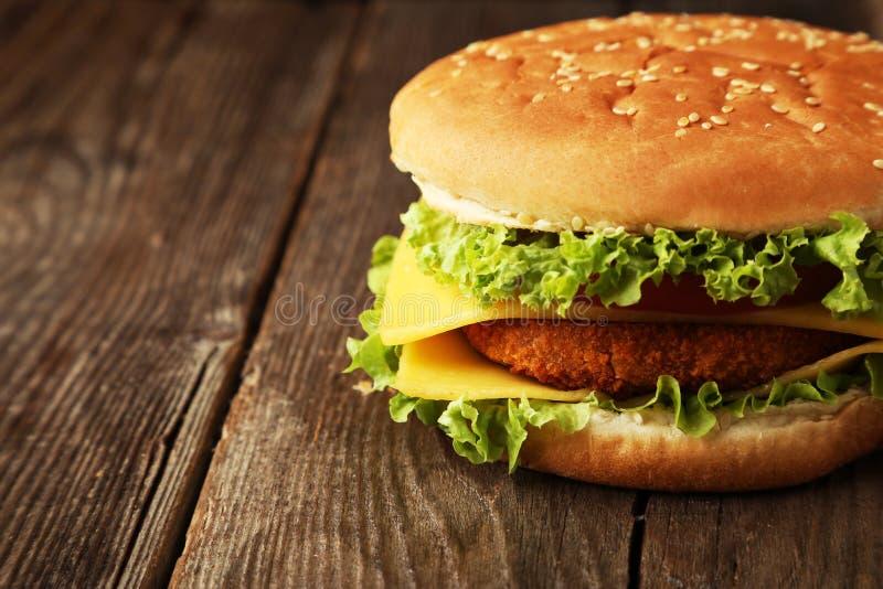 Download Hamburguesa Grande En Fondo De Madera Marrón Foto de archivo - Imagen de comida, hamburguesa: 44853588