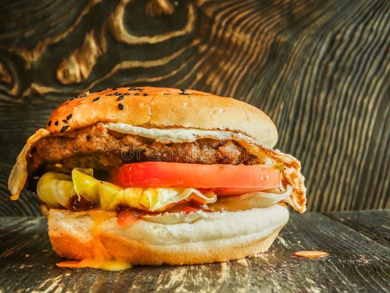 Hamburguesa jugosa muy sabrosa de la carne fotografía de archivo