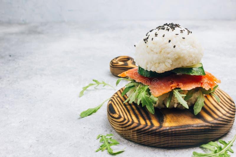 Hamburguesa libre de los salmones del sushi del gluten asi?tico hecho en casa del estilo fotografía de archivo