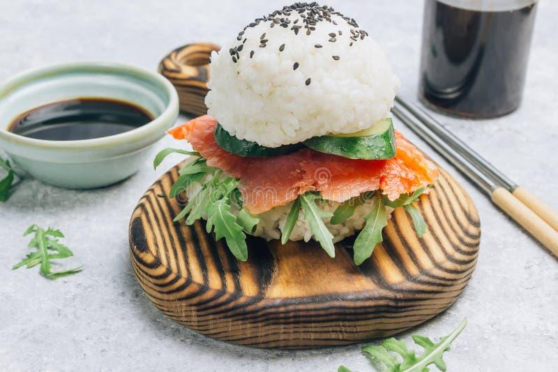 Hamburguesa libre de los salmones del sushi del gluten asi?tico hecho en casa del estilo foto de archivo