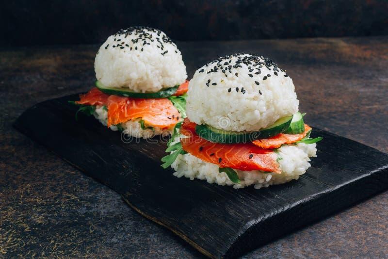 Hamburguesa libre de los salmones del sushi del gluten asi?tico hecho en casa del estilo imagenes de archivo