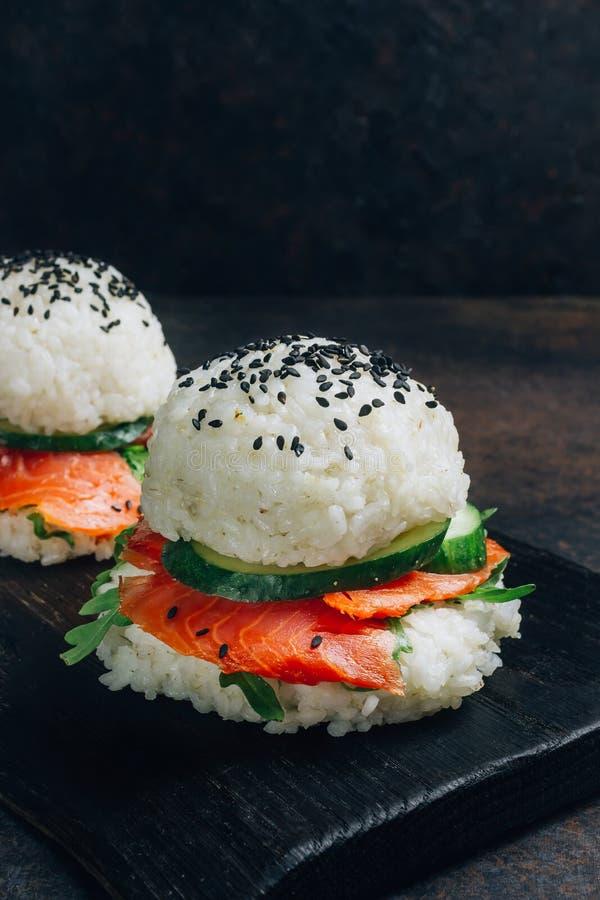 Hamburguesa libre de los salmones del sushi del gluten asi?tico hecho en casa del estilo fotos de archivo