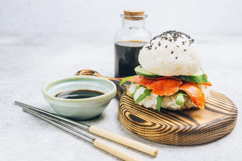 Hamburguesa libre de los salmones del sushi del gluten asi?tico hecho en casa del estilo fotografía de archivo libre de regalías