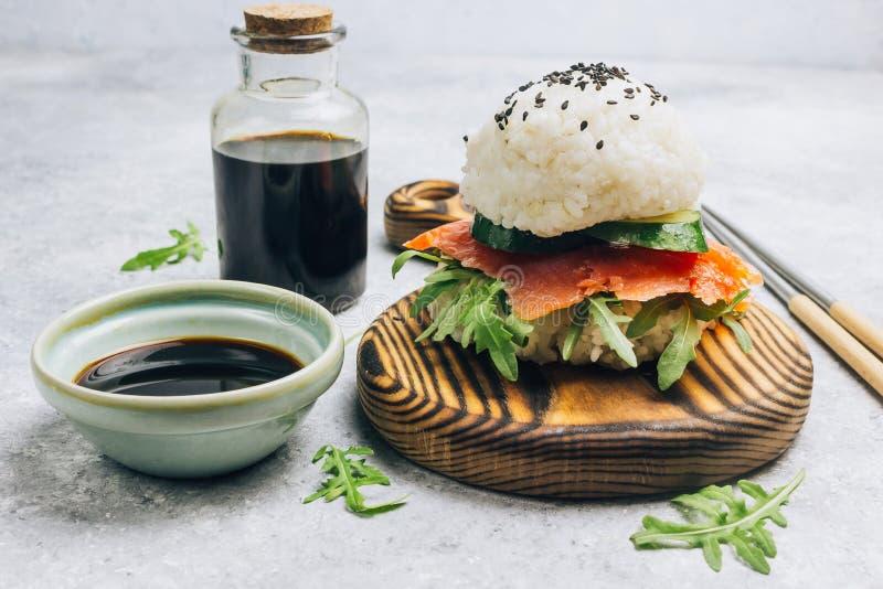 Hamburguesa libre de los salmones del sushi del gluten asi?tico hecho en casa del estilo imágenes de archivo libres de regalías