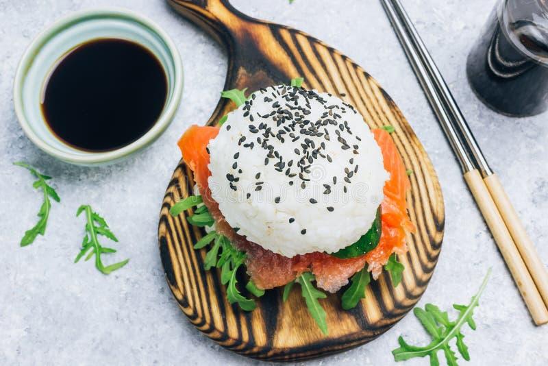 Hamburguesa libre de los salmones del sushi del gluten asi?tico hecho en casa del estilo fotos de archivo libres de regalías